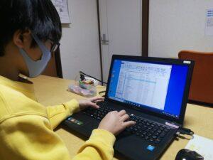 パソコン操作をする少年