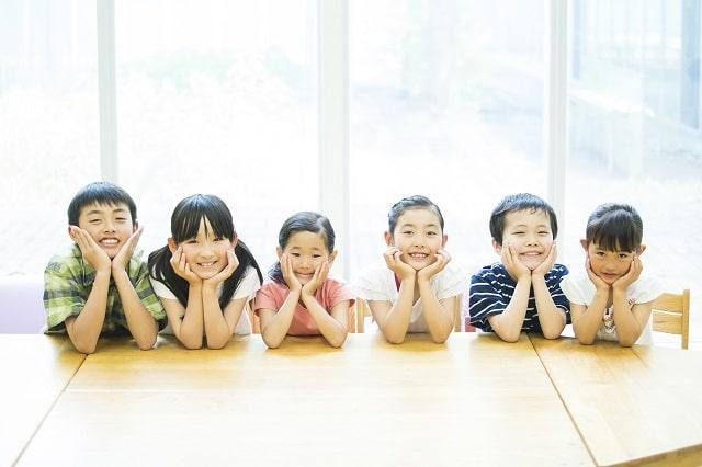 小学生が並ぶ画像